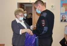 Женщины-полицейские коллег поздравили