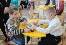 Сразились в шашки. Карталинские дошколята бьются за победу