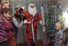 В Карталах Дед Мороз подарки раздает лично