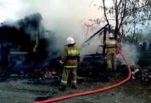 В Карталах старые постройки уничтожил огонь