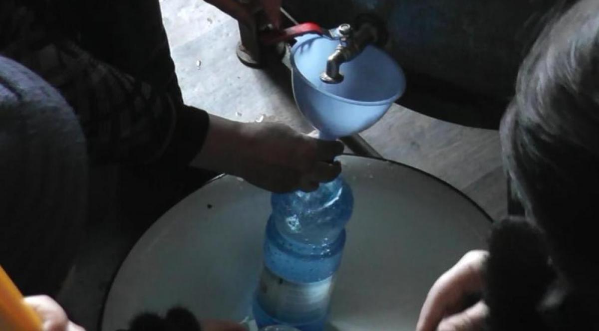 В храмах Карталинского района верующие набирают освященную воду