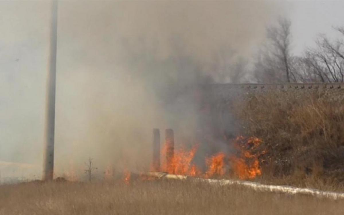 Огнеборцы спасали от огня поле возле Карталов
