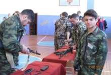 Карталинские школьники стреляют из автомата