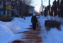 В Карталах тротуары посыпают