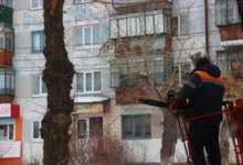 Карталинские коммунальщики обрезают деревья